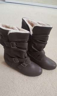 Brown boots. Size 35