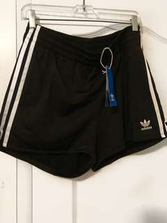 ADIDAS - 3 Stripe Shorts (M)
