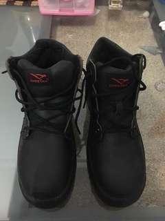 Sepatu boot lapangan