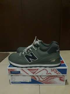 Sepatu New Balance 574 pria warna dark green