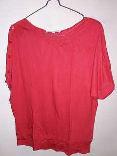 Details merah kaos
