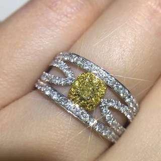 🚚 南非黄钻💎戒指💍! 18k金镶嵌,配钻南非钻石! 精工镶嵌轻奢时尚款! 主石:19.5分 配钻:86颗 金重:3.5克 圈口:14号!《改大3个圈口以内免费》