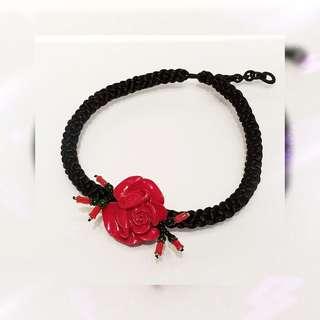 全新品 紅樹脂 玫瑰花 雕件 配 優質 黑色 頸繩一條 K- 33