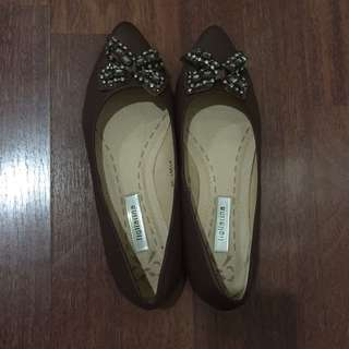 Figliarina Pointed Flat Shoes with Ribbon Design