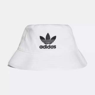 Adidas hat in blk or white
