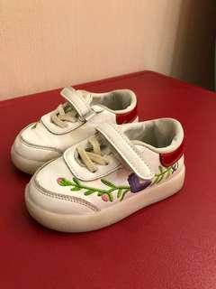 Sepatu anak kembang