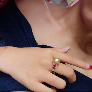11.5-12mm天然色南洋金珠戒指。18K金鑽石鑲嵌.金重1.95克.鑽石40粒0.10ct.紅寶石1顆0.40ct珠子皮光細膩.皮光非常好.正圓無瑕.批發價:¥5800️帶走不議價.顏色支持任何機構檢測。