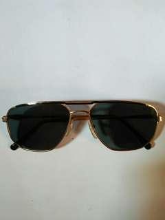 Vintage Sunglasses John Lennon/liam Gallagher (Army Sunglasses) Frame besi kuningan (Gold)  New old stock(kondisi baru hanya stock lama)  Lensa kaca asli,Lensa adem di mata,sangat nyaman dipakai Harga nett