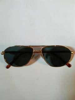 Vintage Sunglasses John Lennon/liam Gallagher (Army Sunglasses) Frame besi kuningan (Gold)  Terdapat ukiran unik pada bagian ujung frame  New old stock(kondisi baru hanya stock lama)  Lensa kaca asli,Lensa adem di mata,sangat nyaman dipakai