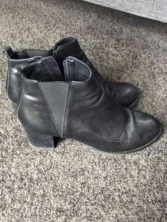 Overland ankle boots size 40/9