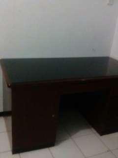 Meja besar warna coklat