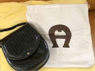 AIGNER經典漆皮斜𧴯小手袋(有麈袋)