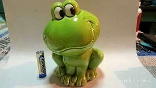 青蛙仔錢罌一個。