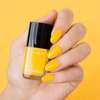 Chanel Le Vernis Nail Colour in 592 Giallo Napoli