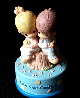 Precious Moments Figurine - Love One Another Musical Box