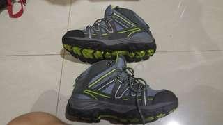 Sepatu hiking Rei Derment