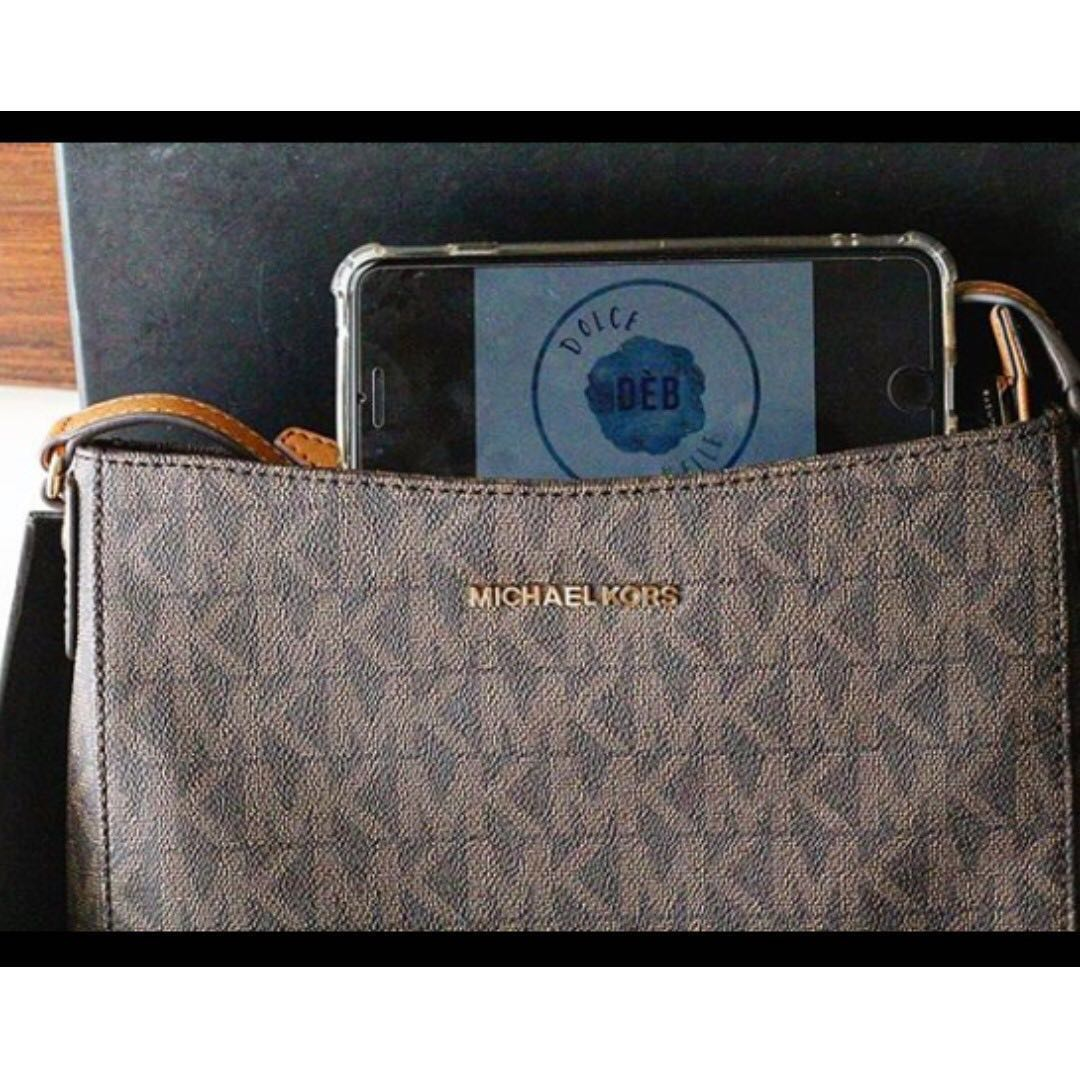 0024ad4d0d1cd6 Michael Kors Messenger Signature PVC, Luxury, Bags & Wallets on Carousell