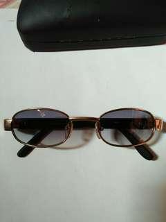 Kacamata Versace A-2024 Made in Italy kondisi like new/98% sangat mulus seperti baru full tag logo brand Frame dan lensa sangat mulus gress no minus/no lecet sedikitpun Sangat nyaman dipakai Harga: nett