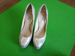 Repriced! Guess platform heels Sz 39