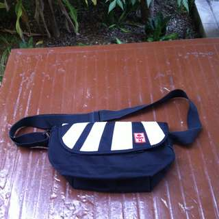 Hayrer waist pouch.  Dimension 30 x 18 x 13cm height.  In good condition.
