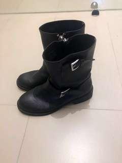 🚚 Divided中筒工程靴