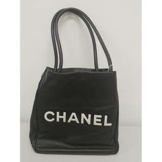 Chanel Vintage bag 羊皮 NT$49800(不議價)  狀況: 90%new 全袋完好(每個人對新舊認知不同,請詳見照片為準) 附件: 鐳錶, 卡, 說明書, 塵套 尺寸大約: W24 x H24 x D11cm