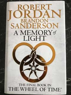 Robert Jordan and Brandon Sanderson : A Memory of Light - The Final Book in The Wheel of Time  (909 pages; Hardcover)