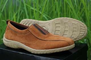 Sepatu slip on suede
