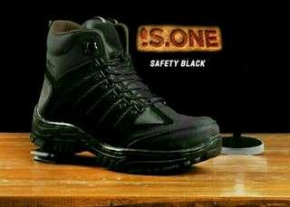 Sepatu safety pria berbagai model & merk