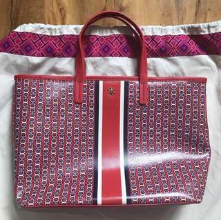 Tory Burch Gemini Link small tote 👜 Color: Exotic Red details on the 2nd picture guaranteed authentic 💯 The bag is shipped from 🇬🇧 UK dust/paper bag included  Greenbelt Grey, Ivory White, Baby Pink lang meron.