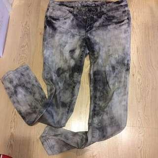 🚚 GUESS 雪花刷色窄管低腰丹寧褲