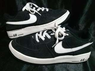 Original Black Nike size 38/ 24 cm.Minimal issue sa 4th pic