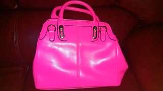 粉紅色手袋(不算是什麼名牌)