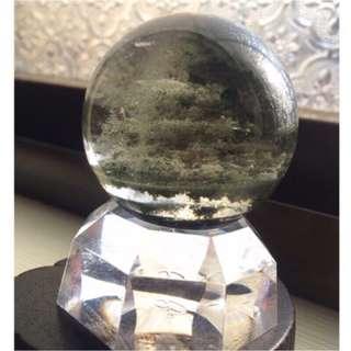 {💝出清回饋價}~招正財-綠幽靈異象水晶球 約4.2cm(含壓克力座)