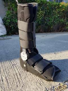 Aircast pump boot with free crutches