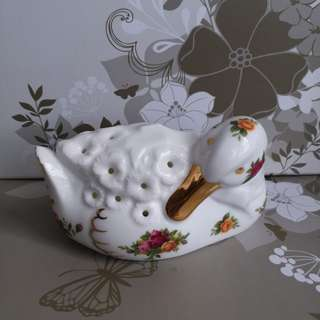 皇家阿爾伯特瓷器鴨仔造型香盒,Private Collection Royal Albert Old Country Roses pattern duck pomander It is in excellent and undamaged new condition. Measurement : 5 inches across  2.7 inches high