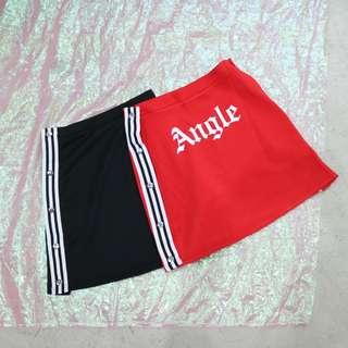 兩側線條釦子造型英文短裙