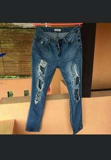 Jeans robek masih bagus bgt. Dijual karna sudah jarang dipakai. Warna masih on
