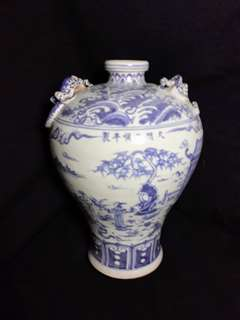 Ming dynasty Tian Soon mark B n W vase 31cm high. With historical human characters.大明天順天制款青花人物故事瓶。特价