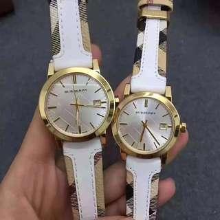 原裝博柏利(BURBERRY) 英倫風尚情侶石英情侶對錶,BU9015,BU9110、男錶盤直徑39 mm,女錶盤直徑34 mm,錶殼材質;精鋼,簡約明朗線條清晰的錶盤設計,讓人一眼看便愛上它,採用牛皮錶帶佩戴舒適