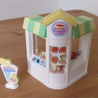 SYLVANIAN FAMILIES WAFFLE AND CREPE STATION WITH SIGNAGE AND CUTE ACCESSORIES
