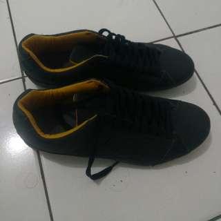 Sepatu redskins pria hitam