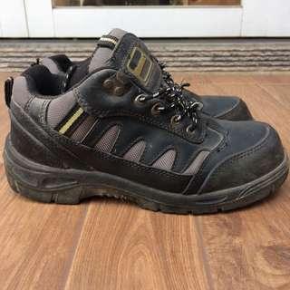 Sepatu lapangan krisbow
