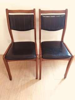 早期懷舊黑皮墊木椅2張