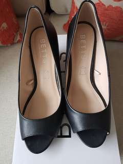 Womans shoes peep toe size  7 leather new