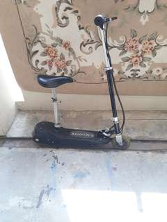E Scooter with charger read description (spoiled)