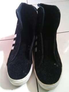 Sepatu snekers