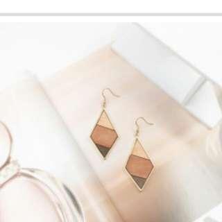 🚚 菱形暖色木質耳環(夾式