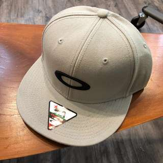 BNWT Oakley Cap Grey Snap Back