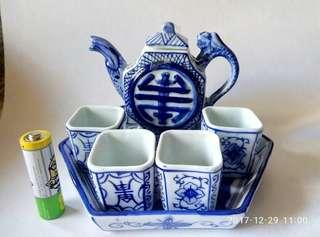 功夫小茶壺一套。(青花,壽字,方形)